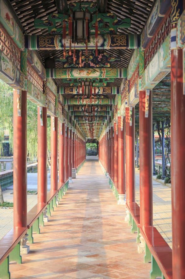 Коридор Азии китайский традиционный с картиной Китая старыми классическими и дизайном, междурядьем с восточным привлекательно ста стоковые фотографии rf