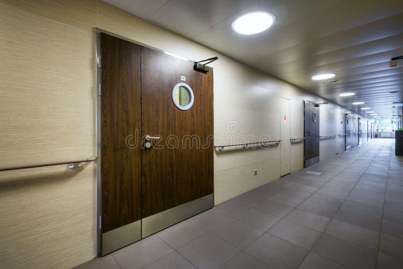 Коридор в современной больнице стоковое изображение