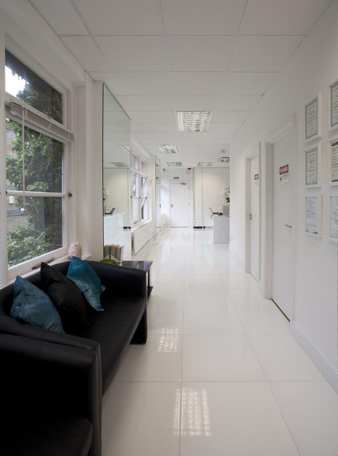 Коридор места ожидания клиники стоковое фото rf