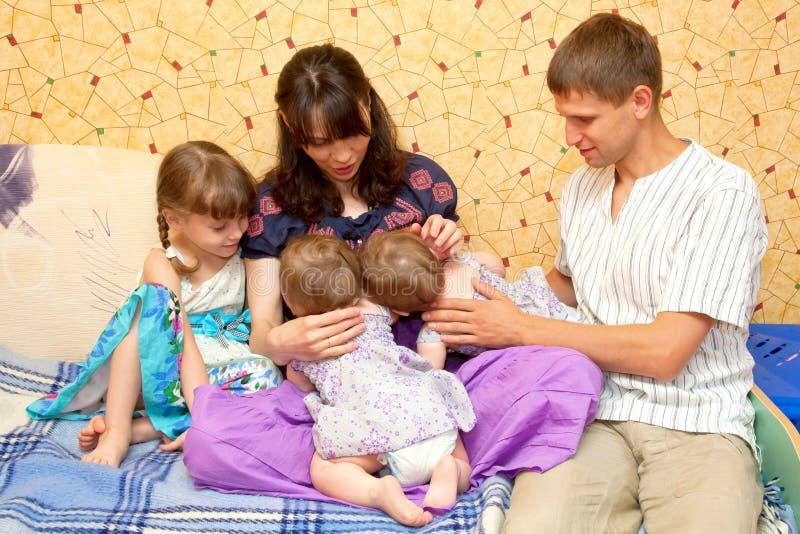 Кормить 2 девушок грудью маленьких сестер твиновских стоковая фотография