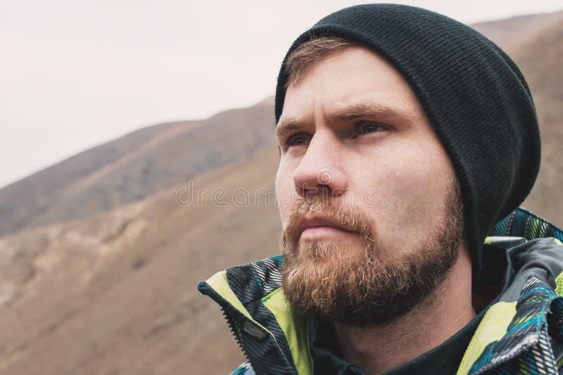 Кормовой парень битника с бородой и смотреть в шляпе в расстоянии, большом портрете стоковая фотография rf