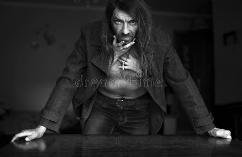 Кормовой человек в пальто в оружиях женщин стоковые изображения rf