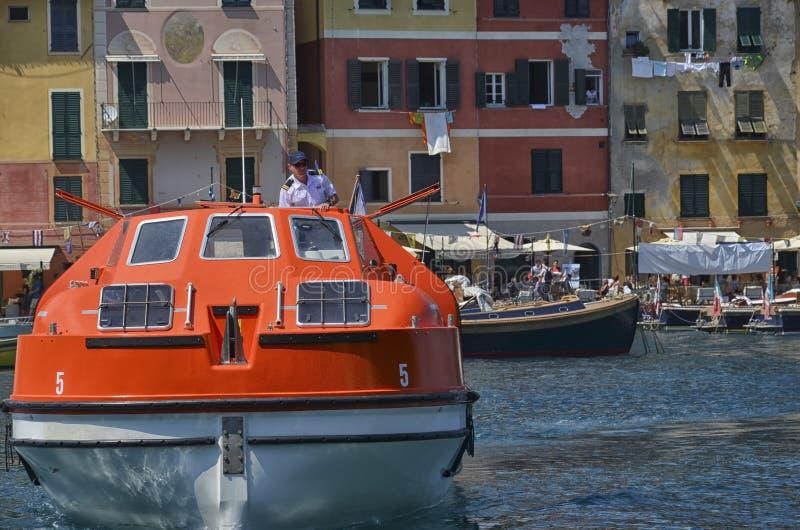 Кормчий приезжает с кораблем для перехода пассажиров стоковые фото