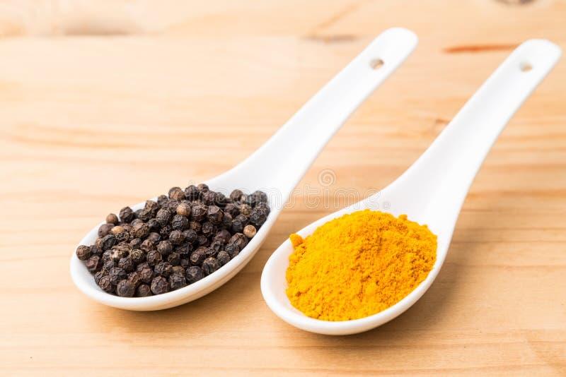 Корни турмерина и комбинация черного перца увеличивают куркумин ab стоковое фото rf