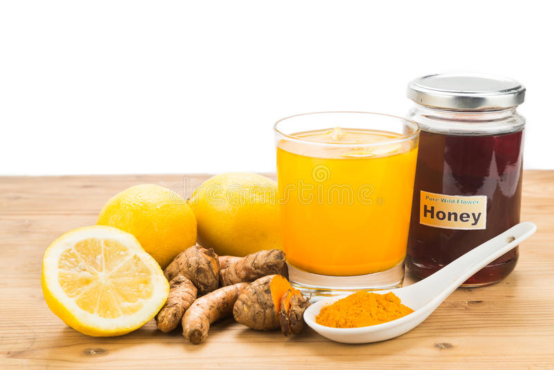 Корни турмерина с пить лимона и меда, мощным заживление bev стоковые изображения rf