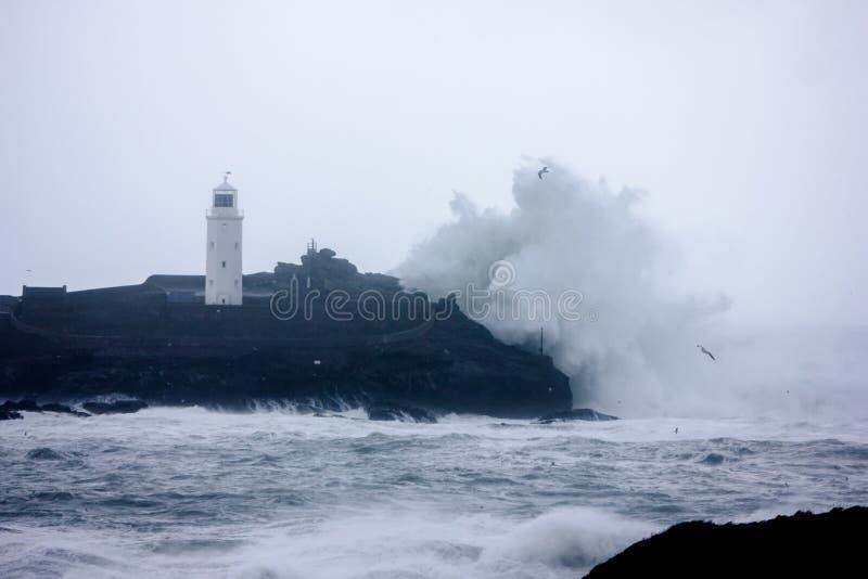 Корнуольское побережье получает поколоченным штормами стоковая фотография rf