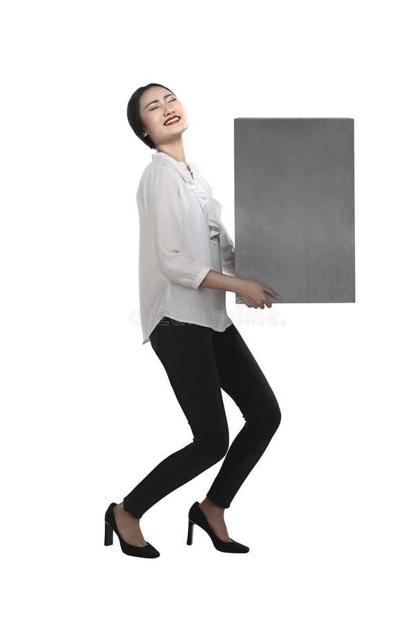 Коробка азиатского подъема бизнес-леди тяжелая стоковое изображение