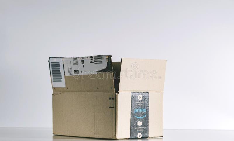 Коробка Амазонки в предпосылке студии стоковая фотография