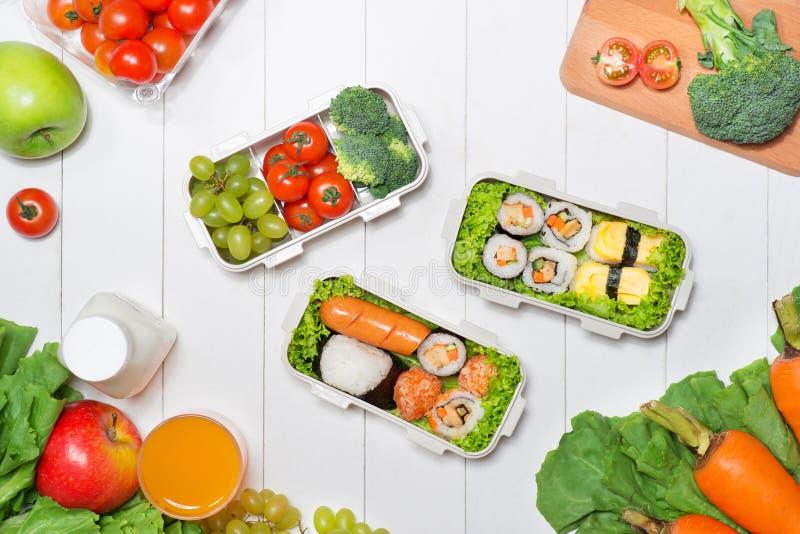 Коробка бенто с различной едой, свежими veggies и плодоовощами стоковое фото