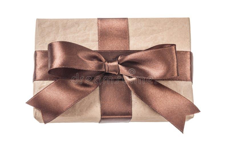 Коробка года сбора винограда присутствующая при коричневая лента изолированная на белизне стоковые фотографии rf