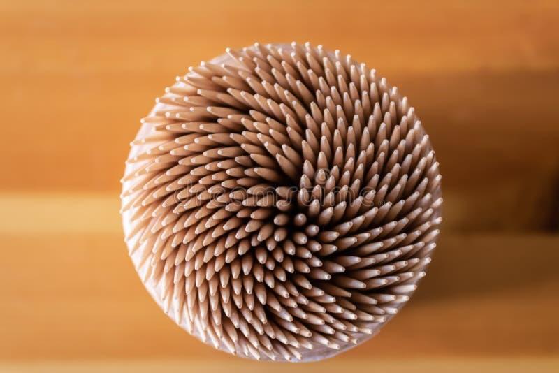 Коробка деревянного взгляда сверху зубочисток - изображения стоковые фотографии rf