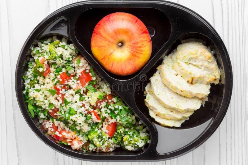 Коробка для завтрака с здоровой, еда диеты, цыпленок, кускус с vegeta стоковая фотография