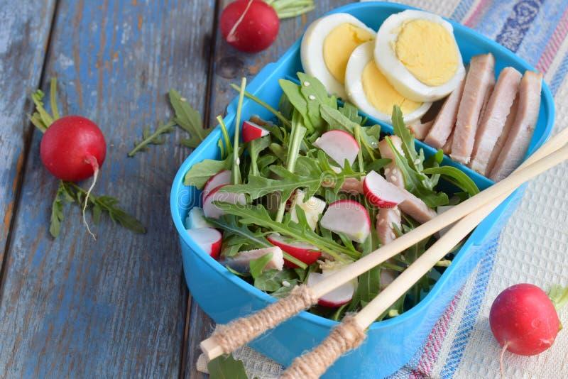 Коробка для завтрака с салатом свежих овощей - arugula, редиски, сыра фета, ветчины, яичка и сезама с плоским tortilla хлеба Здор стоковые изображения rf