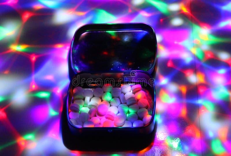 Коробка заполнила с экстазом под светами диско стоковое фото
