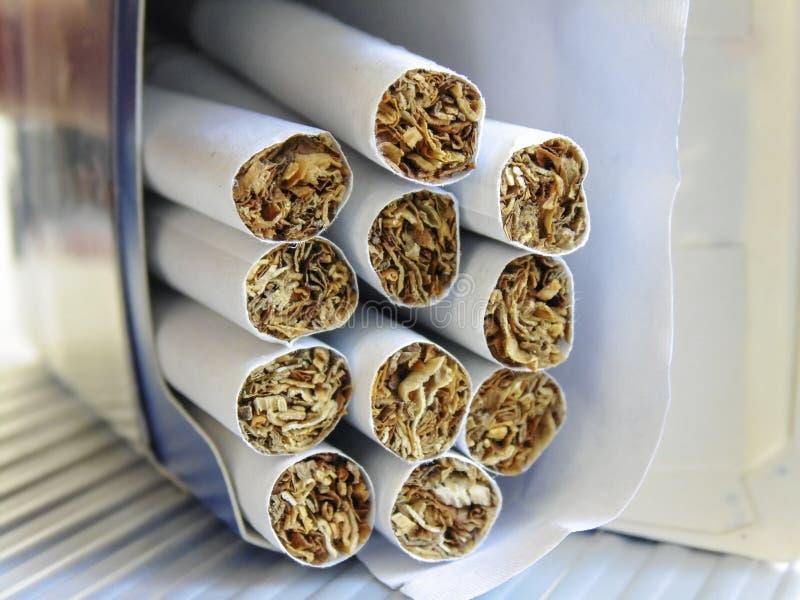 Коробка заполненная с сигаретами стоковое изображение