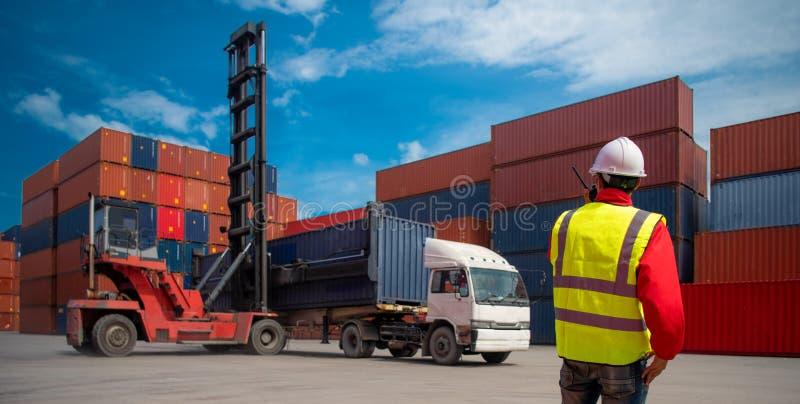 Коробка контейнеров загрузки управлением мастера от корабля перевозки груза для экспорта импорта, концепции дела логистической, ж стоковое изображение rf