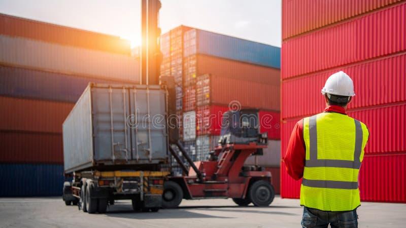 Коробка контейнеров загрузки управлением мастера от корабля перевозки груза для экспорта импорта, концепции дела логистической, ж стоковые фото