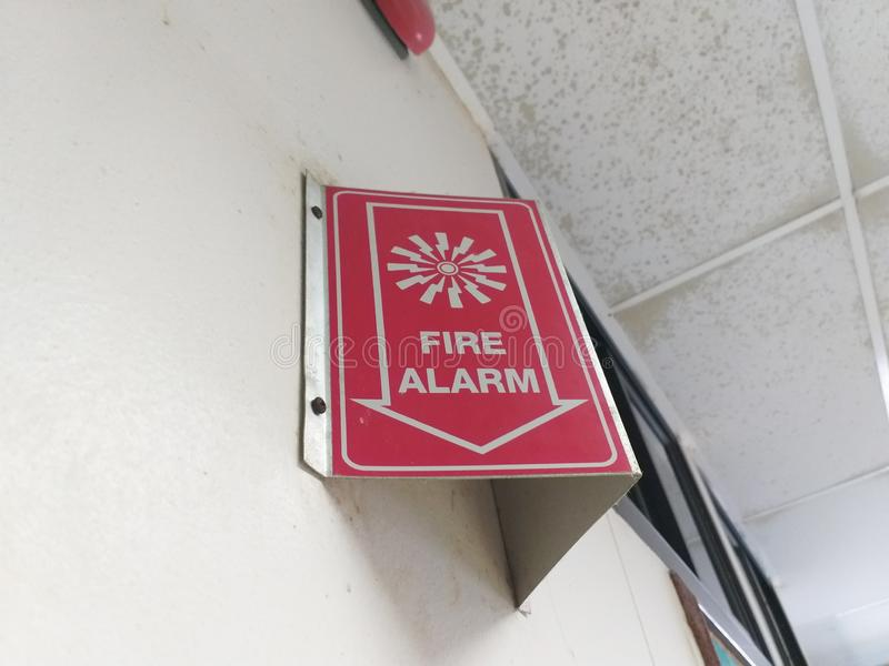 Коробка красной пожарной сигнализации круглая на стене стоковая фотография