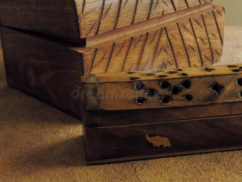 Коробка ладана на деревенской таблице стоковые изображения rf