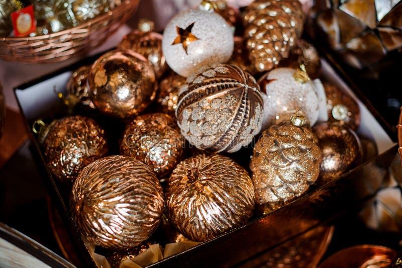 Коробка много блестящих белых и золотых шариков игрушки различных форм стоковое фото