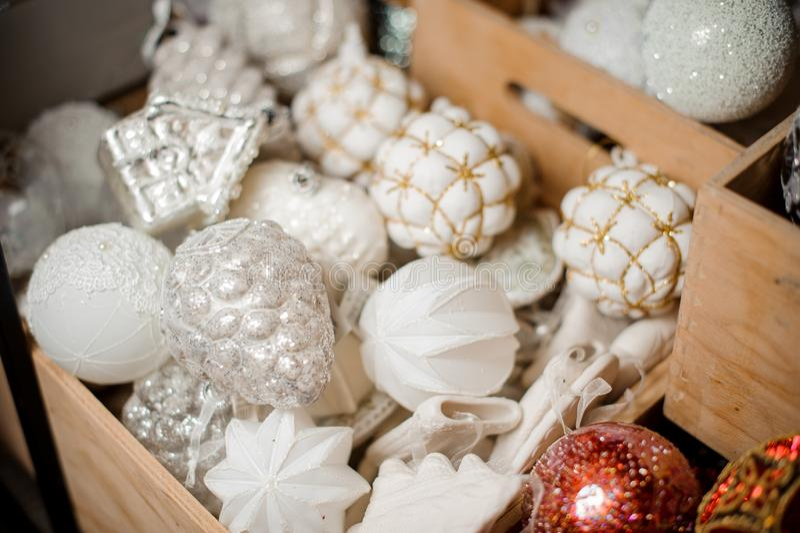 Коробка много блестящих белых шариков игрушки различных форм стоковое изображение