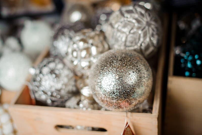 Коробка много серебряных шариков игрушки различных форм стоковые фото