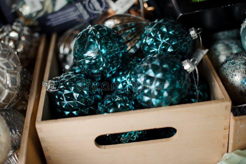 Коробка много темносиних шариков игрушки различных форм стоковые изображения