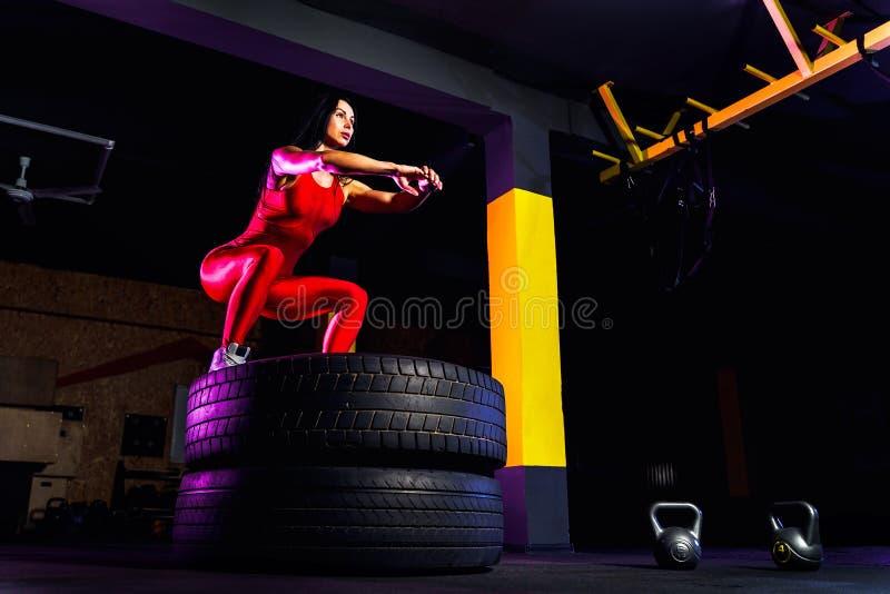 Коробка молодой женщины пригонки скача на автошины стоковые фотографии rf