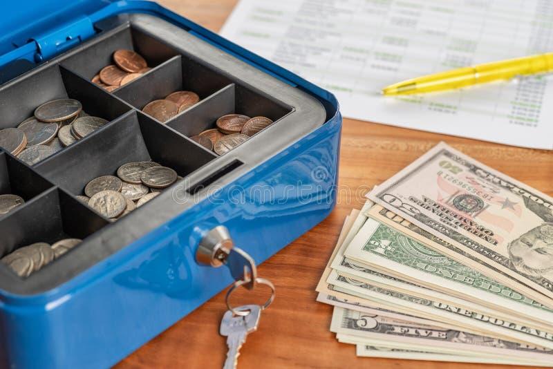 Коробка наличных денег с банкнотами и монетками стоковая фотография rf