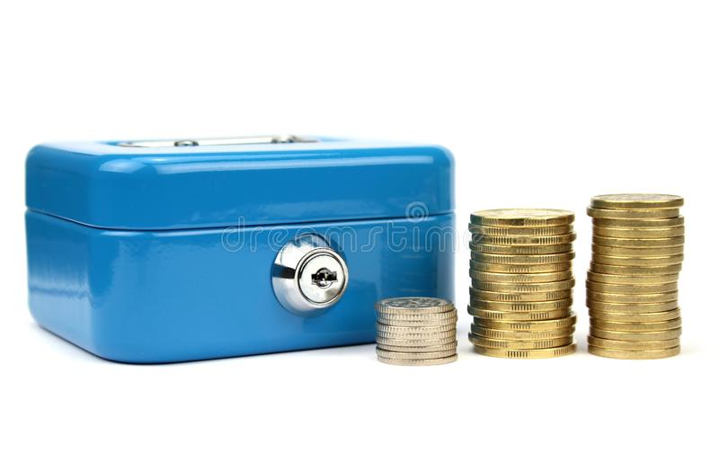 Коробка наличных денег с замком и штабелированными монетками стоковая фотография rf