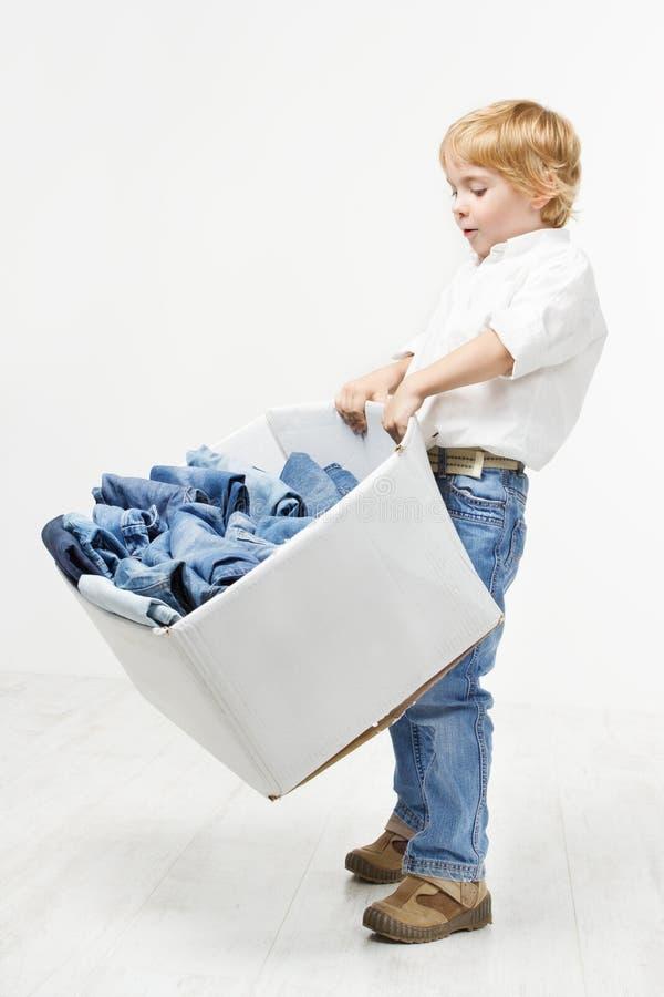 Коробка нося ребенка с джинсыами. Одежда малышей стоковые фото