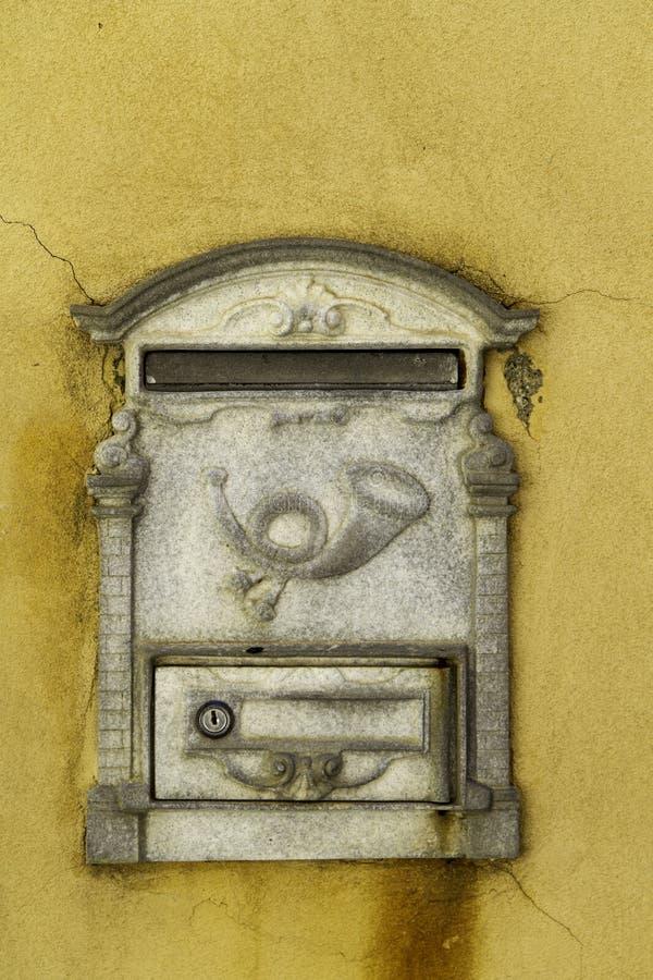 Коробка письма коробки письма декоративная на желтой стене buildin стоковое изображение