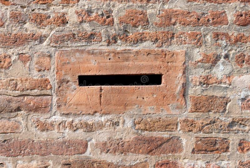 Коробка письма на кирпичной стене - Феррара Италия стоковое изображение