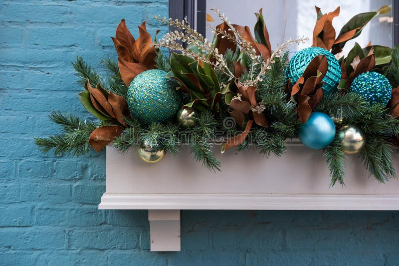 Коробка плантатора окна украшенная для рождества стоковые изображения