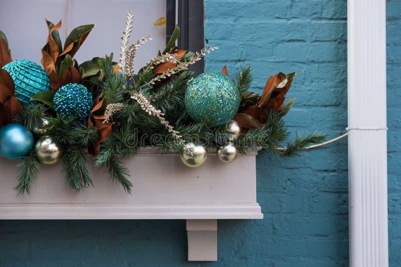 Коробка плантатора окна украшенная для рождества стоковые изображения rf