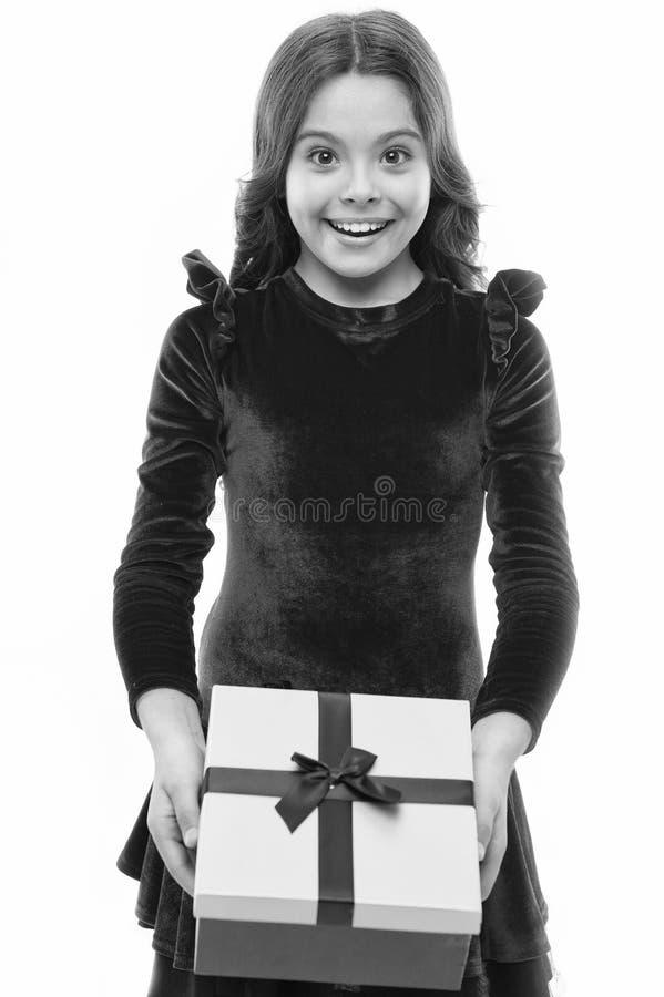 Коробка подарка на день рождения владением ребенк девушки Каждая мечта девушки о таком сюрпризе Девушка дня рождения носит присут стоковые изображения rf