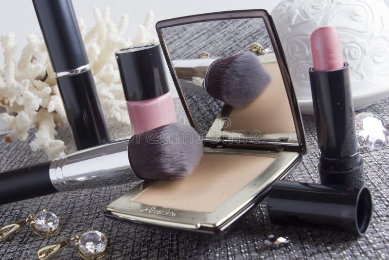 Коробка порошка с зеркалом и косметической щеткой стоковые фотографии rf