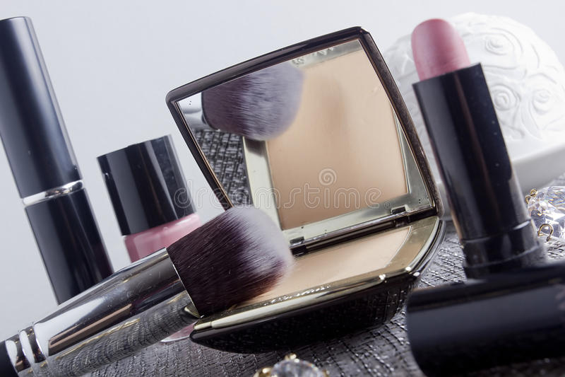 Коробка порошка с зеркалом и косметической щеткой стоковое изображение