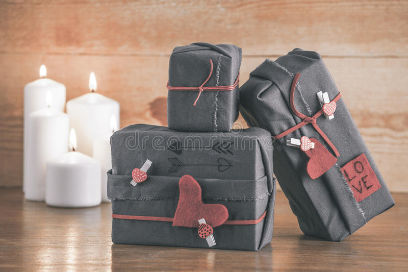 Коробка подарков валентинок с орнаментами битника и белыми свечами. Деревянная предпосылка. стоковое изображение