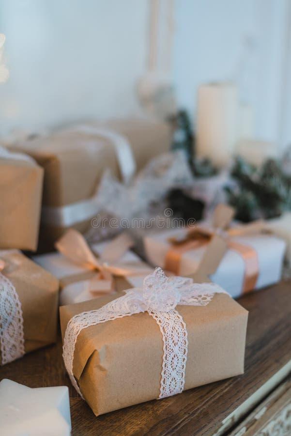 Коробка подарков первоклассного рождества ручной работы представляет с коричневыми смычками Селективный фокус стоковые фотографии rf