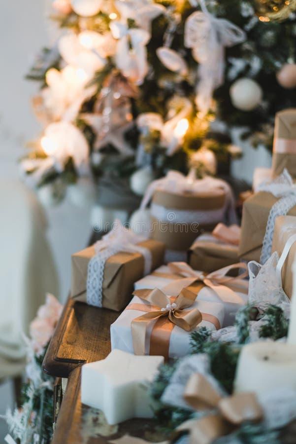 Коробка подарков первоклассного рождества ручной работы представляет с коричневыми смычками Селективный фокус стоковые фото