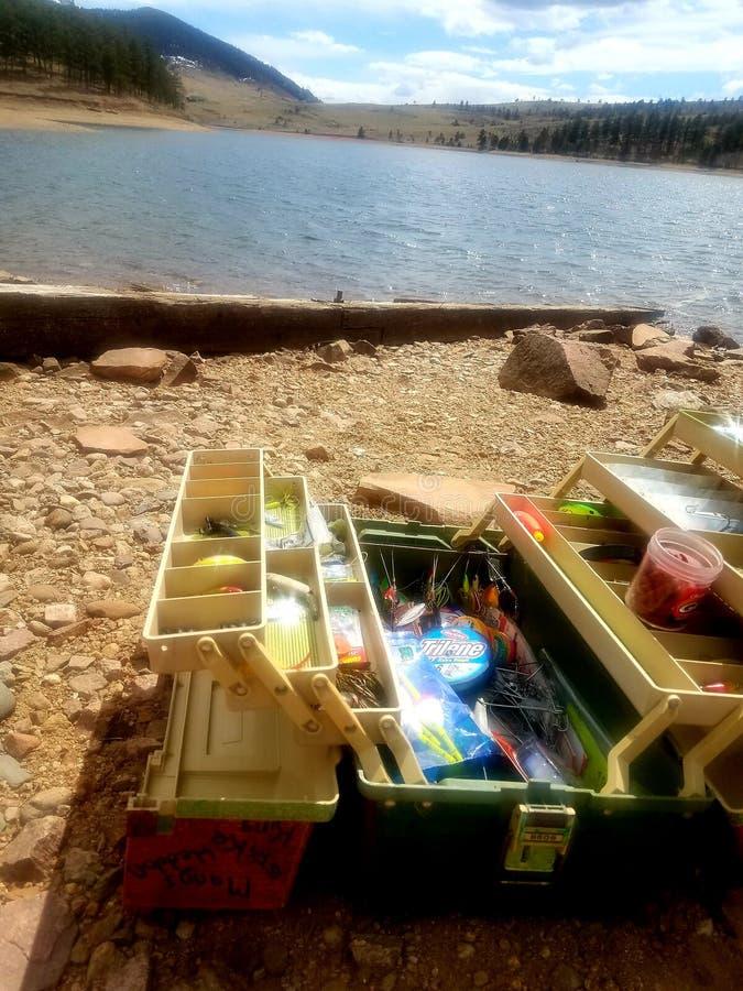 Коробка рыболовных снастей в озере стоковая фотография