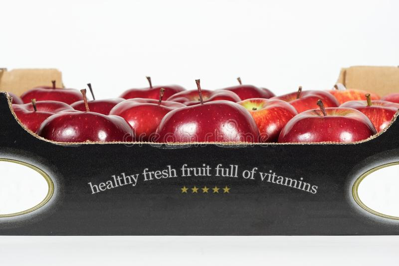 Коробка свежего красного яблока стоковое изображение