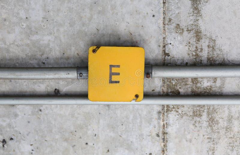 Коробка соединения и алюминиевая труба провода на потолке цемента стоковое фото