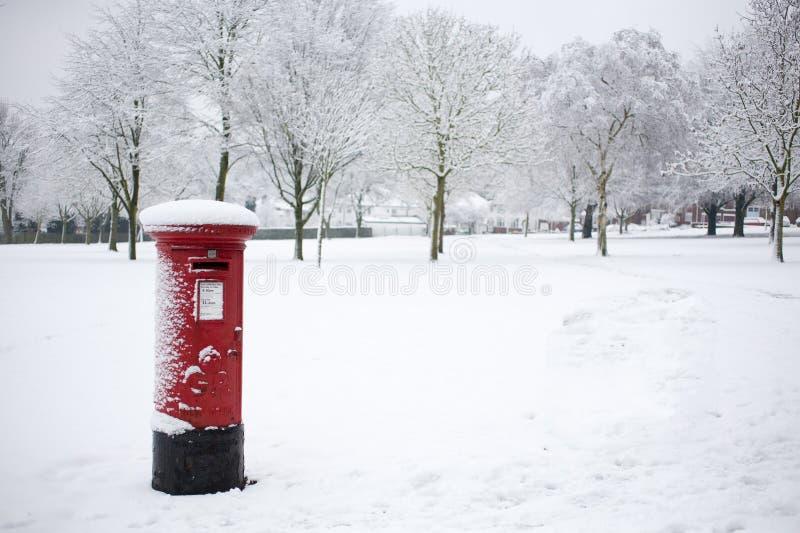 Коробка столба в снеге стоковое изображение
