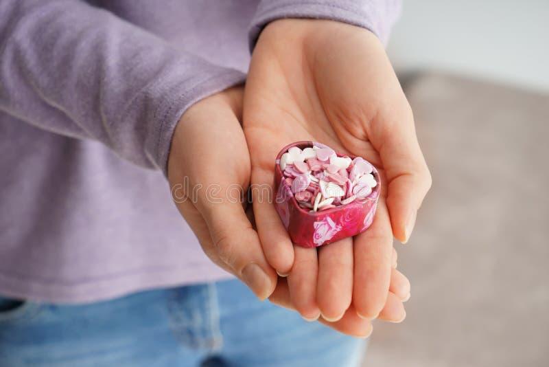 Коробка с красочными сердцами, крупный план удерживания женщины стоковые изображения rf