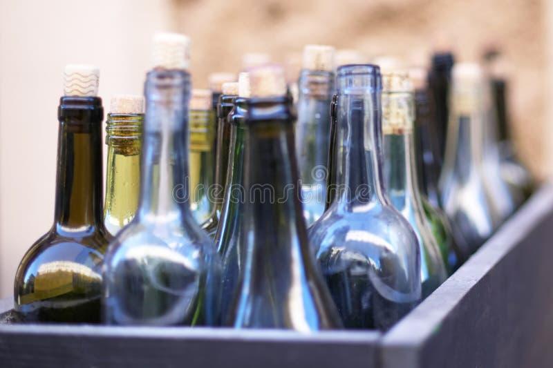Коробка с пустыми бутылками вина в defocus, концепции пьянства стоковое фото rf