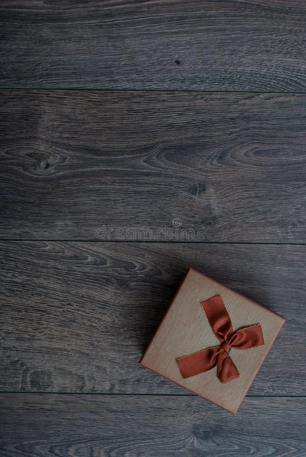 коробка с смычком на деревянной предпосылке стоковое фото rf