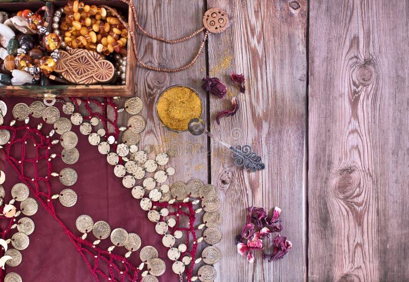 Коробка с ювелирными изделиями и традиционным восточным костюмом стоковые фотографии rf