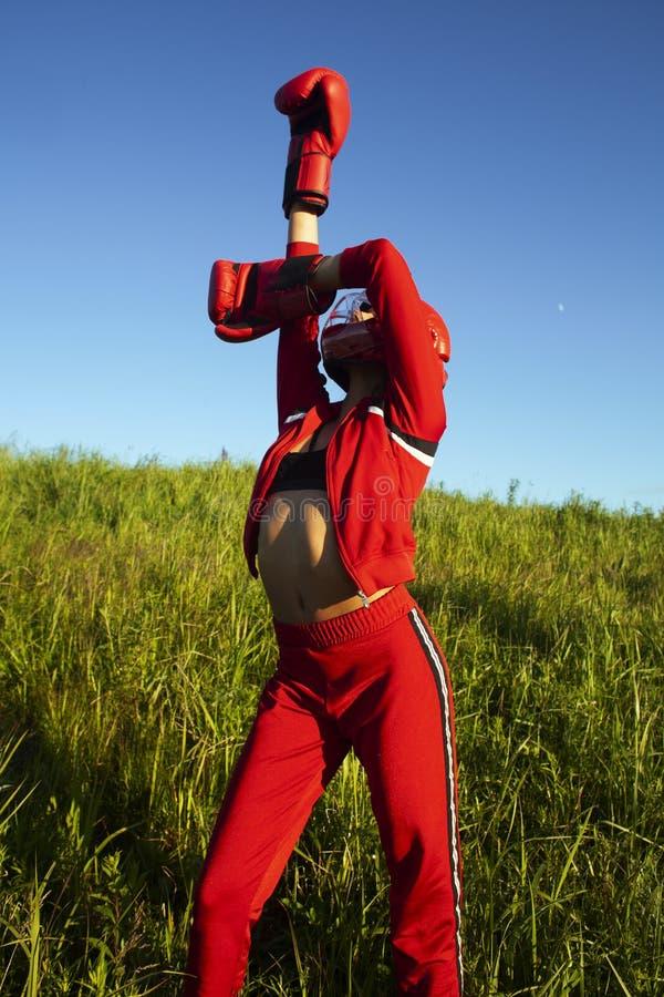 Коробка тренировки девушки милого swag индийская снаружи в зеленом поле концепция людей образа жизни sporty стоковое изображение rf